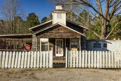Εκλεκτής ποιότητας αμερικανικό σπίτι με το φράκτη στύλων ανατολικό Οδός, Τέξας στοκ εικόνα