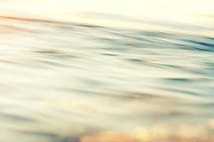 Εκλεκτής ποιότητας αναδρομική φωτογραφία ύφους των κυμάτων θάλασσας στο ηλιοβασίλεμα στοκ εικόνες με δικαίωμα ελεύθερης χρήσης