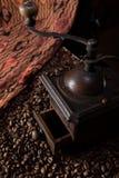 Εκλεκτής ποιότητας, αναδρομικός μύλος καφέ χαλκού στο μαύρο υπόβαθρο στοκ φωτογραφία