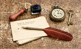 Εκλεκτής ποιότητας ανασκόπηση με τις παλαιές κάρτες και την πέννα φτερών Στοκ Φωτογραφία