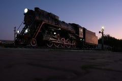Εκλεκτής ποιότητας ατμομηχανή ατμού ξημερωμάτων στο υπόβαθρο ουρανού, άποψη από τη γη στοκ φωτογραφίες