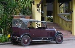 Εκλεκτής ποιότητας αυτοκίνητο με μια στέγη καμβά που σταθμεύουν κοντά στο σπίτι, αναδρομικό limousine στοκ φωτογραφία με δικαίωμα ελεύθερης χρήσης