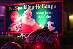 Εκλεκτής ποιότητας αφίσα Άγιου Βασίλη με το λαγουδάκι και των γιγαντιαίων διακοσμήσεων Χριστουγέννων στη διεθνή περιοχή Drive στοκ εικόνες με δικαίωμα ελεύθερης χρήσης