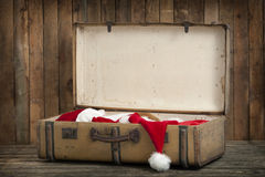 Εκλεκτής ποιότητας βαλίτσα με τα ενδύματα santa Στοκ εικόνα με δικαίωμα ελεύθερης χρήσης