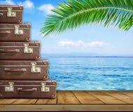 Εκλεκτής ποιότητας βαλίτσα στον ξύλινο πίνακα στο υπόβαθρο θάλασσας και φοινίκων Στοκ φωτογραφία με δικαίωμα ελεύθερης χρήσης