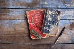 Εκλεκτής ποιότητας βιβλία και αναδρομικό κόσμημα στον ξύλινο πίνακα Στοκ Φωτογραφία