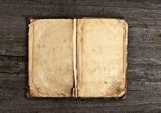 Εκλεκτής ποιότητας βιβλίο στην ξύλινη ανασκόπηση Στοκ εικόνα με δικαίωμα ελεύθερης χρήσης