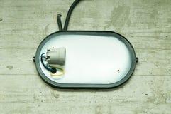Εκλεκτής ποιότητας βιομηχανικό φανάρι που συνδέεται στο συμπαγή τοίχο grunge χωρίς λάμπα φωτός Στοκ Εικόνες