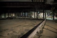 Εκλεκτής ποιότητας γέφυρα σιδηροδρόμου πόλεων και κενό μέρος τη νύχτα Στοκ φωτογραφίες με δικαίωμα ελεύθερης χρήσης
