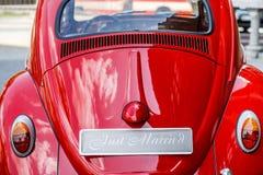 Εκλεκτής ποιότητας γαμήλιο αυτοκίνητο με ακριβώς το παντρεμένο σημάδι και δοχεία συνημμένα στοκ φωτογραφίες