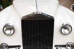 Εκλεκτής ποιότητας γαμήλιο αυτοκίνητο που διακοσμείται με τα λουλούδια, στενός επάνω Στοκ εικόνες με δικαίωμα ελεύθερης χρήσης