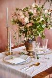 Εκλεκτής ποιότητας γαμήλιο ντεκόρ Όμορφος τόπος συναντήσεως γεγονότος Δημιουργική διακόσμηση Ρόδινο και χρυσό χρώμα Επιλογές γαμή στοκ εικόνα