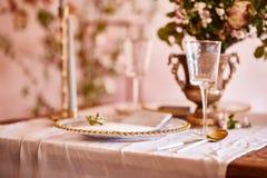 Εκλεκτής ποιότητας γαμήλιο ντεκόρ Όμορφος τόπος συναντήσεως γεγονότος Δημιουργική διακόσμηση Ρόδινο και χρυσό χρώμα Επιλογές γαμή στοκ φωτογραφίες
