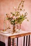 Εκλεκτής ποιότητας γαμήλιο ντεκόρ Όμορφος τόπος συναντήσεως γεγονότος Δημιουργική διακόσμηση Ρόδινο και χρυσό χρώμα Επιλογές γαμή στοκ φωτογραφίες με δικαίωμα ελεύθερης χρήσης