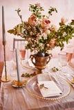 Εκλεκτής ποιότητας γαμήλιο ντεκόρ Όμορφος τόπος συναντήσεως γεγονότος Δημιουργική διακόσμηση Ρόδινο και χρυσό χρώμα Επιλογές γαμή στοκ φωτογραφία