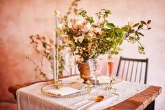 Εκλεκτής ποιότητας γαμήλιο ντεκόρ Όμορφος τόπος συναντήσεως γεγονότος Δημιουργική διακόσμηση Ρόδινο και χρυσό χρώμα Επιλογές γαμή στοκ εικόνες