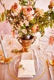 Εκλεκτής ποιότητας γαμήλιο ντεκόρ Όμορφος τόπος συναντήσεως γεγονότος Δημιουργική διακόσμηση Ρόδινο και χρυσό χρώμα Επιλογές γαμή στοκ φωτογραφία με δικαίωμα ελεύθερης χρήσης