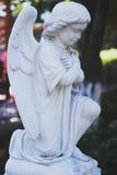 Εκλεκτής ποιότητας γλυπτό αγγέλου Πέτρινο γλυπτό με μορφή ενός αγγέλου Το γλυπτό ενός αγγέλου υπέκυψε το κεφάλι του στην είσοδο στοκ φωτογραφία