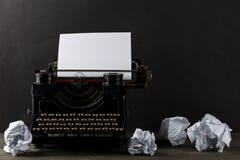 Εκλεκτής ποιότητας γραφομηχανή με το κενό, κενό φύλλο του εγγράφου και θρυμματισμένος στοκ εικόνες