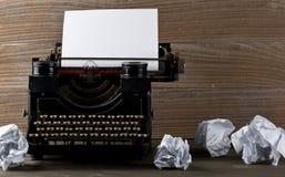 Εκλεκτής ποιότητας γραφομηχανή με το κενό, κενό φύλλο του εγγράφου και θρυμματισμένος στοκ φωτογραφίες