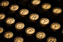 Εκλεκτής ποιότητας γραφομηχανή που περιμένει ένα μυθιστόρημα Στοκ Εικόνες