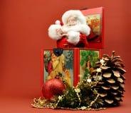 Εκλεκτής ποιότητας γρύλος Santa Χριστουγέννων στη διακόσμηση κιβωτίων Στοκ Εικόνες
