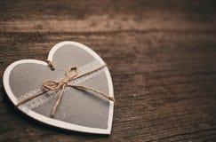 εκλεκτής ποιότητας διακόσμηση καρδιών στο ξύλινο υπόβαθρο Στοκ Εικόνα