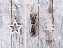 Εκλεκτής ποιότητας διακόσμηση Χριστουγέννων στο ξύλινο υπόβαθρο στοκ εικόνες