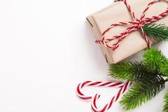 Εκλεκτής ποιότητας δώρο Χριστουγέννων με την καραμέλα και δέντρο στο άσπρο υπόβαθρο Στοκ Εικόνες