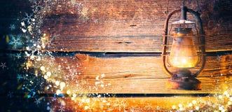 Εκλεκτής ποιότητας ελαιολυχνία πέρα από το ξύλινο υπόβαθρο Χριστουγέννων στοκ εικόνες