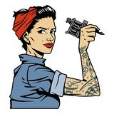 Εκλεκτής ποιότητας ελκυστική καρφίτσα tattooist επάνω στο κορίτσι Στοκ φωτογραφίες με δικαίωμα ελεύθερης χρήσης