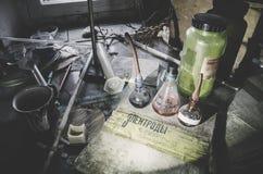 Εκλεκτής ποιότητας εξοπλισμός του χημικού εργαστηρίου στον ξύλινο πίνακα Στοκ Φωτογραφία