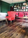 Εκλεκτής ποιότητας εσωτερικός πράσινος και πορφυρός καναπές Στοκ Εικόνες