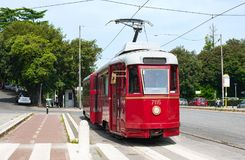 Εκλεκτής ποιότητας ηλεκτρικό τραμ στο σταθμό στάσεων Στοκ Εικόνες