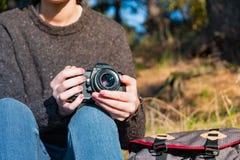 Εκλεκτής ποιότητας κάμερα ταινιών στα θηλυκά χέρια Κλείστε αυξημένος μιας γυναίκας ho στοκ εικόνα με δικαίωμα ελεύθερης χρήσης