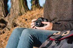 Εκλεκτής ποιότητας κάμερα ταινιών στα θηλυκά χέρια Κλείστε αυξημένος μιας γυναίκας ho στοκ εικόνες