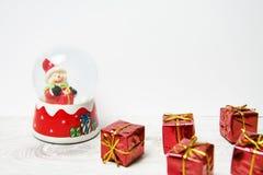 Εκλεκτής ποιότητας κάρτα Χριστουγέννων με τις σφαίρες χιονανθρώπων και Χριστουγέννων Στοκ εικόνες με δικαίωμα ελεύθερης χρήσης