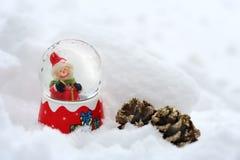 Εκλεκτής ποιότητας κάρτα Χριστουγέννων με τις σφαίρες χιονανθρώπων και Χριστουγέννων Στοκ Εικόνα
