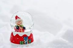 Εκλεκτής ποιότητας κάρτα Χριστουγέννων με τις σφαίρες χιονανθρώπων και Χριστουγέννων Στοκ εικόνα με δικαίωμα ελεύθερης χρήσης