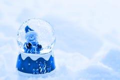 Εκλεκτής ποιότητας κάρτα Χριστουγέννων με τις σφαίρες χιονανθρώπων και Χριστουγέννων Στοκ Φωτογραφίες