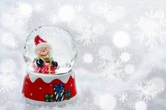 Εκλεκτής ποιότητας κάρτα Χριστουγέννων με τις σφαίρες χιονανθρώπων και Χριστουγέννων Στοκ Φωτογραφία
