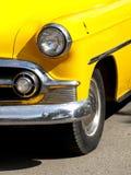 Εκλεκτής ποιότητας κίτρινο αμάξι στοκ εικόνες