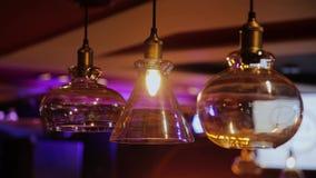Εκλεκτής ποιότητας και αναδρομική κίτρινη ένωση λαμπών φωτός πέρα από το σκοτεινό υπόβαθρο στον καφέ τη νύχτα Πολλοί ελαφρύς λαμπ φιλμ μικρού μήκους