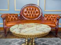 Εκλεκτής ποιότητας καναπές δέρματος πολυτέλειας καφετής στοκ φωτογραφία