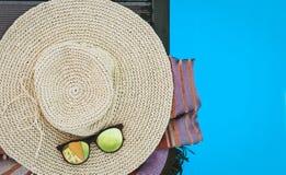 Εκλεκτής ποιότητας καπέλο παραλιών θερινού ψάθινο αχύρου, γυαλιά ήλιων, κάλυψη-επάνω στη beachwear πισίνα περικαλυμμάτων πλησίον, στοκ φωτογραφία με δικαίωμα ελεύθερης χρήσης