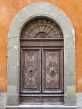 Εκλεκτής ποιότητας καφετιά ξύλινη παλαιά πόρτα μεσαιωνικό στο sity της Πίζας, Ιταλία Στοκ φωτογραφίες με δικαίωμα ελεύθερης χρήσης