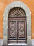 Εκλεκτής ποιότητας καφετιά ξύλινη παλαιά πόρτα μεσαιωνικό στο sity της Πίζας, Ιταλία Στοκ εικόνες με δικαίωμα ελεύθερης χρήσης