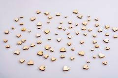 Εκλεκτής ποιότητας καφετιές χρωματισμένες ξύλινες καρδιές ως υπόβαθρο στοκ φωτογραφίες με δικαίωμα ελεύθερης χρήσης