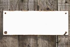 Εκλεκτής ποιότητας κενό αγροτικό άσπρο σημάδι μετάλλων στο ξύλινο υπόβαθρο στοκ εικόνα