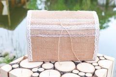 Εκλεκτής ποιότητας κιβώτιο για τα χρήματα στο γάμο Χειροποίητο κιβώτιο χρημάτων Newlyweds στοκ εικόνες